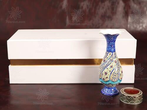 هدیه خاص سال نو صنایع دستی ایرانی شامل گلدان میناکاری و زعفران قائنات در جعبه مقوایی زیبا