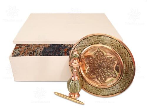 مجموعه صنایع دستی نفیس شامل بشقاب وتنگ صراحی خاتم کاری روی مس با جعبه روکش چرم نفیس