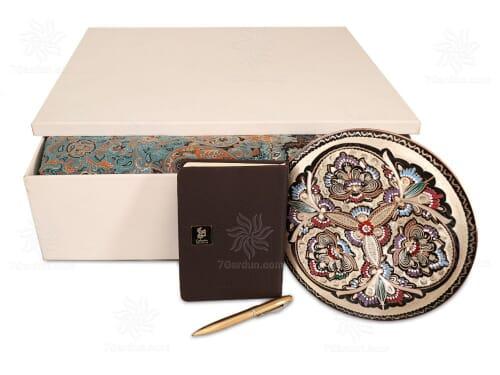 مجموعه صنایع دستی نفیس شامل بشقاب حکاکی مس ترمه سررسید و خودکار در جعبه روکش چرم