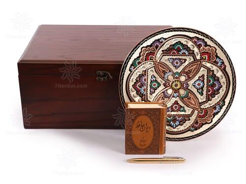 هدیه خاص نفیس بشقاب حکاکی روی مس همراه قلم و حافظ جلد چرمی با جعبه چوبی