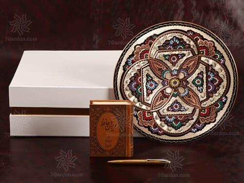 صنایع دستی بشقاب حکاکی روی مس همراه قلم و کتاب چرم با جعبه مقوایی مناسب هدیه به عزیزان