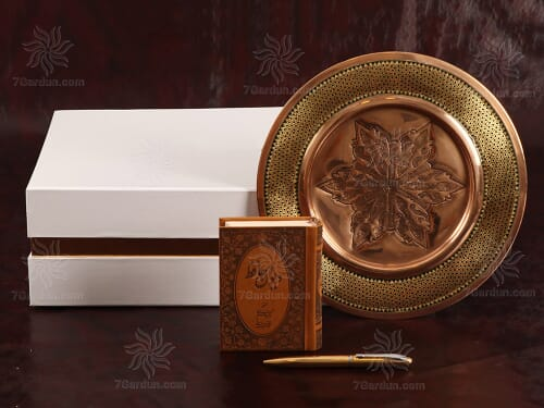 خرید هدیه مناسب روز معلم از صنایع دستی بشقاب مس و خاتم با کتاب چرم و قلم نفیس همراه جعبه زیبا