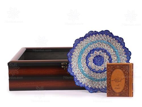 ست صنایع دستی اصفهان شامل بشقاب میناکاری و کتاب چرم نفیس با جعبه PVC مناسب خرید هدیه
