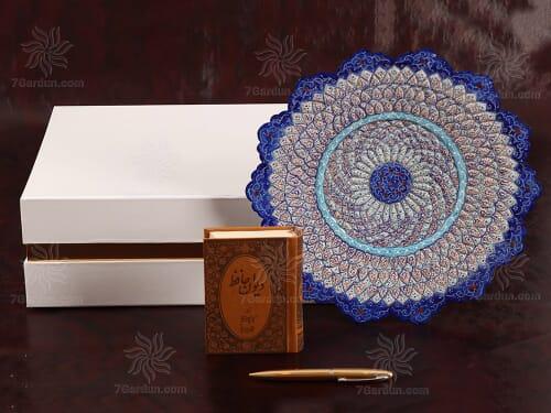 ست هدایای تبلیغاتی ایرانی شامل بشقاب میناکاری و کتاب چرم نفیس با جعبه مقوایی مناسب خرید هدیه های ایرانی و سوغات ایران
