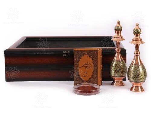 هدیه خاص ایرانی شامل تنگ صراحی خاتم زعفران قائنات و کتاب چرم با جعبه PVC