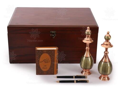 صنایع دستی نفیس شامل تنگ صراحی خاتم کتاب چرم و قلم با جعبه چوبی نفیس