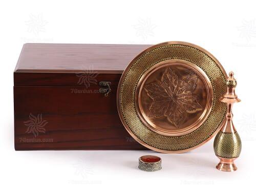 صنایع دستی نفیس ایرانی شامل تنگ صراحی و بشقاب خاتم و زعفران با جعبه چوبی