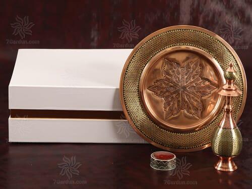 خرید صنایع دستی مس و خاتم شامل تنگ صراحی و بشقاب و زعفران همراه جعبه مقوایی زیبا مناسب هدیه خاص