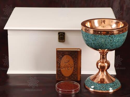 هدیه نفیس صنایع دستی شامل سنگاب فیروزه کوبی همراه کتاب چرم و زعفران در جعبه چوبی