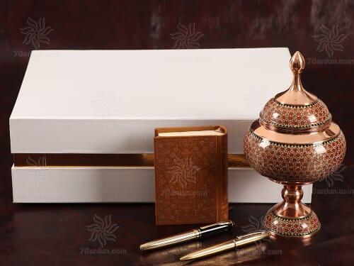 شکلات خوری خاتم کاری همراه کتاب جلد چرم و دو خودکار نفیس در جعبه زیبا مناسب هدیه