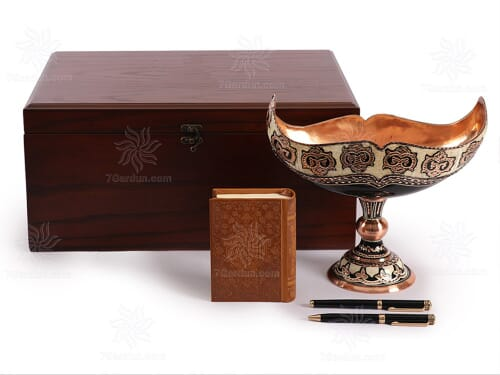 خرید صنایع دستی نفیس ایرانی شامل کشکول حکاکی مس و کتاب چرم و خودکار در جعبه چوب گردو