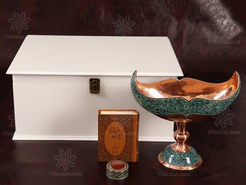 زیباترین هدیه در ایران شامل کشکول فیروزه کوبی کتاب چرم و زعفران اعلاء در جعبه چوبی سفید