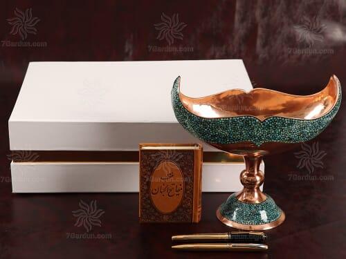 ست صنایع دستی زیبای ایرانی شامل کشکول فیروزه کوب کتاب چرم و دو خودکار در جعبه مقوایی زیبا