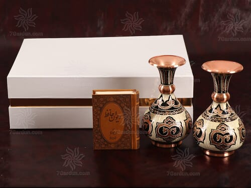 هدیه نفیس صنایع دستی ایرانی شامل دو گلدان حکاکی مس و کتاب چرم در جعبه مقوایی زیبا