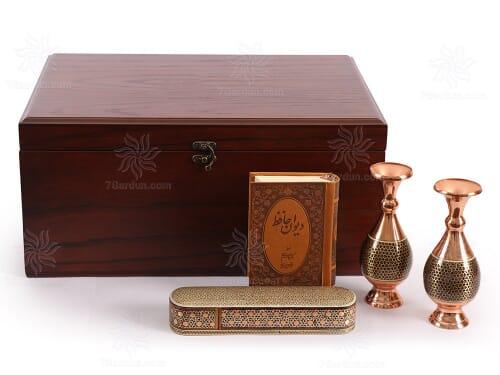 خرید صنایع دستی مناسب هدیه شامل دو عدد گلدان صراحی خاتم کتاب چرم و قلمدان در جعبه چوبی نفیس