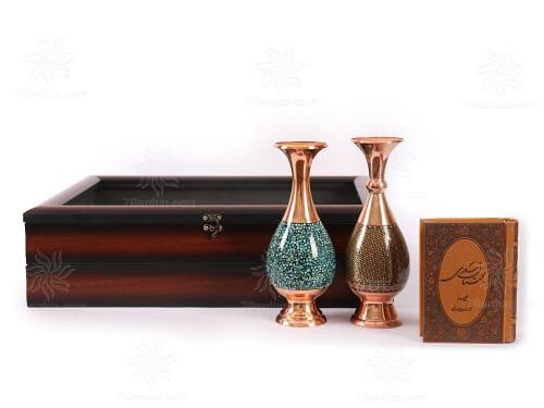 هدایای ایرانی و مدیریتی شامل گلدان فیروزه کوب و خاتم همراه کتاب چرم و جعبه زیبا