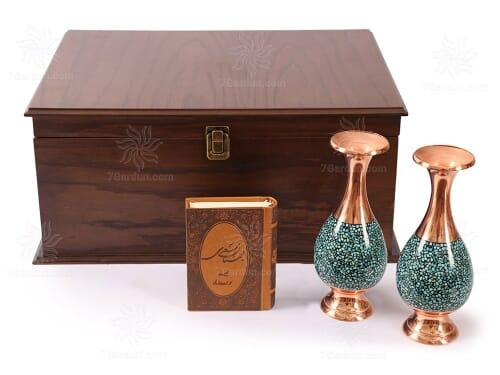هدایای ایرانی و مدیریتی شامل دو گلدان فیروزه کوب همراه کتاب چرم و جعبه چوبی فاخر