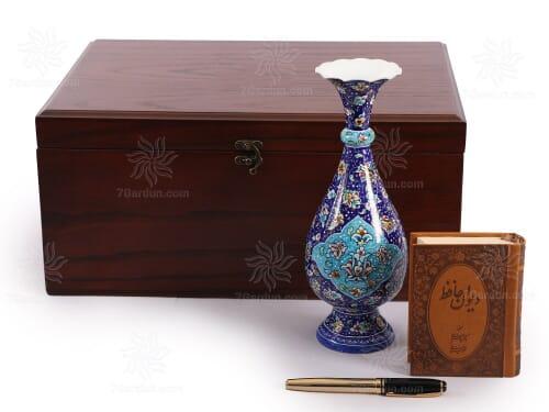 هدایای تبلیغاتی نفیس ایرانی شامل گلدان میناکاری استادکار کتاب چرم و خودکار در جعبه چوبی