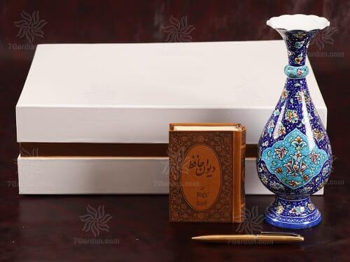 هدایای نفیس ایرانی شامل گلدان میناکاری استادکار کتاب چرم و خودکار در جعبه مقوایی