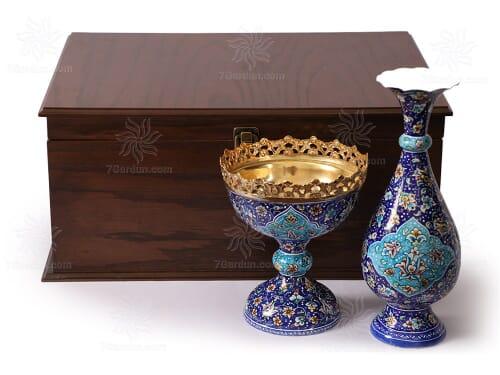 مجموعه صنایع دستی شامل گلدان مینا کاری وشکلات خوری طلا کوب با جعبه چوبی