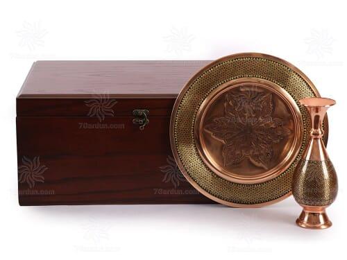 مجموعه صنایع دستی شامل گلدان و بشقاب خاتم کاری مس در جعبه چوبی مناسب هدایای خاص