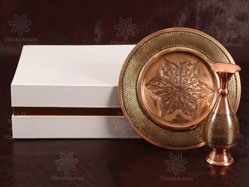 مجموعه صنایع دستی شامل گلدان و بشقاب خاتم کاری مس در جعبه مقوایی مناسب هدیه خاص