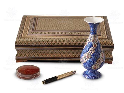 هدیه ایرانی صنایع دستی شامل گلدان مینا کاری خودکار و زعفران در جعبه خاتم کاری