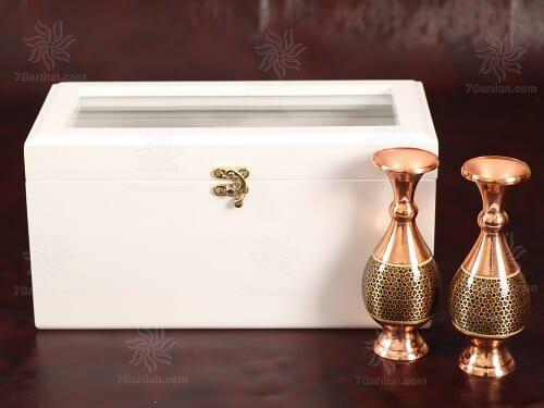 مجموعه صنایع دستی شامل دو گلدان صراحی خاتم کاری با جعبه چوبی سفید دکوراتیو