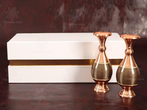 صنایع دستی خاص هدیه شامل دو گلدان صراحی خاتم کاری در جعبه مقوایی