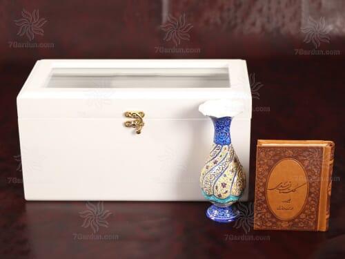 زیباترین هدیه سال تحویل عید نوروز شامل گلدان میناکاری و کتاب چرم در جعبه چوبی دکوراتیو سفید