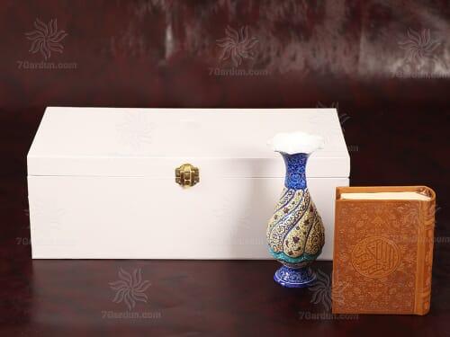 هدیه سال تحویل عید نوروز صنایع دستی ایرانی شامل گلدان میناکاری و کتاب چرم در جعبه روکش سفید